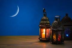 El banquete musulmán del mes santo de Ramadan Kareem Fondo hermoso con una linterna brillante Fanus