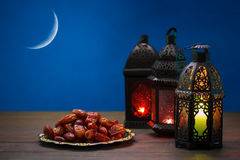 El banquete musulmán del mes santo de Ramadan Kareem Fondo hermoso con una linterna brillante Fanus foto de archivo