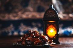 El banquete musulmán del mes santo de Ramadan Kareem Fondo hermoso con una linterna brillante Fanus y las fechas secadas en de ma fotos de archivo libres de regalías