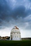El baptisterio de la catedral en Pisa imagenes de archivo
