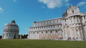 El baptisterio y la catedral de Pisa en el cuadrado del Duomo - PISA TOSCANA ITALIA - 13 de septiembre de 2017 metrajes