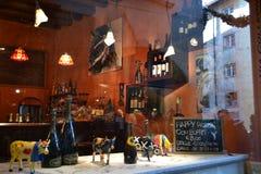 El bar de vinos en Bérgamo adornó para los días de fiesta de la Navidad fotografía de archivo