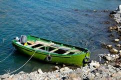 El barco amarillo verde descolorado del poder del motor parqueó en el lago Paquistán Satpara imágenes de archivo libres de regalías