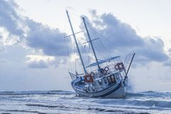 El barco arruinado abandonó el soporte en la playa en RHodes Greece Imagenes de archivo