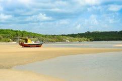 El barco atascado en un banco de arena de la playa después de marea va abajo Imagen de archivo libre de regalías