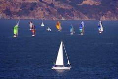 Yates que navegan en el mar azul Fotos de archivo libres de regalías