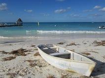 El barco blanco en la arena blanca Foto de archivo libre de regalías