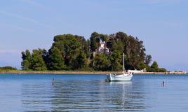 El barco cerca de la isla del ratón, Corfú, Grecia Fotografía de archivo