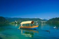 El barco colorido en el lago sangró. Eslovenia Fotografía de archivo