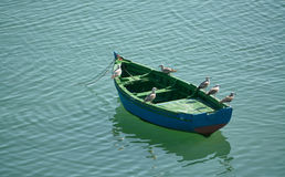 El barco con las gaviotas fotos de archivo
