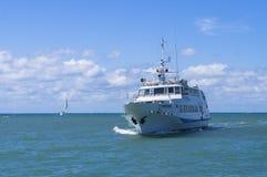 El barco con los turistas Fotos de archivo libres de regalías