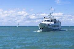 El barco con los turistas Foto de archivo libre de regalías