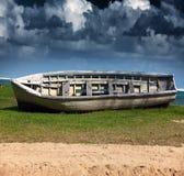 El barco dado vuelta en la costa en un día soleado Fotos de archivo libres de regalías
