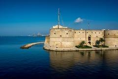 El barco de canal de Taranto y el castillo de Aragonese foto de archivo libre de regalías