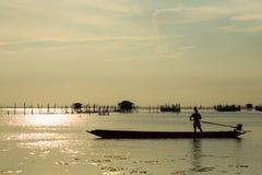 El barco de cola larga en el pueblo pesquero  Fotos de archivo
