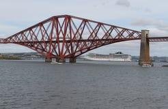 El barco de cruceros con adelante cerca el puente con barandilla Fotografía de archivo