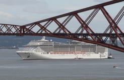 El barco de cruceros con adelante cerca el puente con barandilla Imágenes de archivo libres de regalías