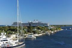 El barco de cruceros de Eurodam sale de los marismas del puerto en el Fort Lauderdale, la Florida Foto de archivo
