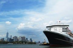 El barco de cruceros de Queen Mary 2 atracó en el terminal de la travesía de Brooklyn Foto de archivo libre de regalías