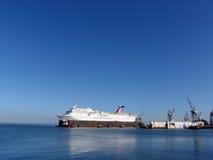 El barco de cruceros del carnaval se sienta en dique seco mientras que recibe reparaciones y foto de archivo libre de regalías