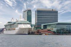 El barco de cruceros está en la litera en el puerto de Amsterdam Imágenes de archivo libres de regalías