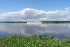 El barco de cruceros está navegando en el río Volga, región de Yaroslavl, Rusia Foto de archivo