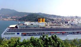 El barco de cruceros grande entra en el puerto de Gaoxiong Imagen de archivo libre de regalías