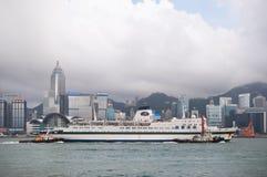 El barco de cruceros de Jimei navega a través del puerto de Victoria, Hong Kong foto de archivo libre de regalías