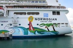 El barco de cruceros de la partida en la isla de Caye de la cosecha foto de archivo libre de regalías