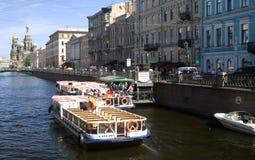 El barco de cruceros navega en el canal del Groboedov en St Petersburg Imagenes de archivo