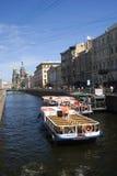 El barco de cruceros navega en el canal del Groboedov en St Petersburg Imagen de archivo