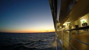 El barco de cruceros navega en la puesta del sol almacen de metraje de vídeo