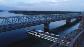 El barco de cruceros que pasa debajo de un puente almacen de metraje de vídeo