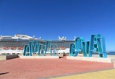 El barco de cruceros real de la princesa en Amber Cove, Puerta Playa, la República Dominicana - 12/12/17 - princesa real atracó e Imagen de archivo