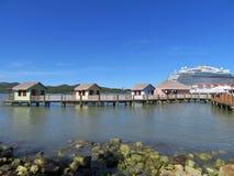 El barco de cruceros real de la princesa en Amber Cove, Puerta Playa, la República Dominicana - 12/12/17 - princesa real atracó e Fotografía de archivo