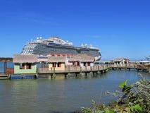 El barco de cruceros real de la princesa en Amber Cove, Puerta Playa, la República Dominicana - 12/12/17 - princesa real atracó e Fotos de archivo libres de regalías
