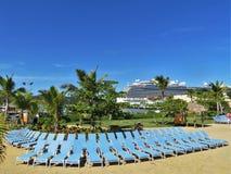El barco de cruceros real de la princesa en Amber Cove, Puerta Playa, la República Dominicana - 12/12/17 - princesa Cruise alinea Foto de archivo