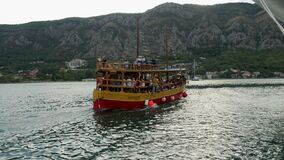 El barco de dos pisos de madera amarillo con los turistas navega de la orilla en un viaje almacen de metraje de vídeo