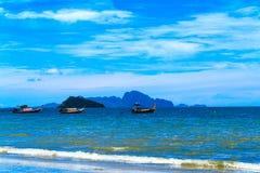 El barco de la cola larga con el cielo azul Foto de archivo