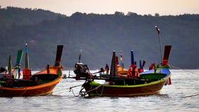 el barco de la cola larga convirtió en el mar de andaman con la luz de oro del Sun antes de fondo de la puesta del sol y del barc metrajes