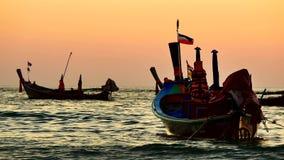 el barco de la cola larga convirtió en el mar de andaman con la luz de oro del Sun antes de fondo de la puesta del sol y del barc almacen de metraje de vídeo