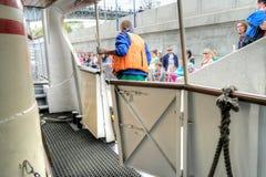 El barco de la excursión amarrado en el muelle Imagen de archivo