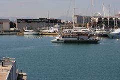 El barco de la reconstrucción de la gente entra en por completo el puerto de Valencia, España Foto de archivo libre de regalías