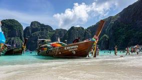 El barco de Longtail amarró en Maya Bay, Phi Phi Island, Tailandia Foto de archivo