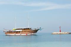 El barco de madera con la gente a bordo está navegando a la costa de Croa Imágenes de archivo libres de regalías