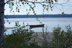 El barco de madera hermoso amarró cerca de la orilla del lago Imagenes de archivo