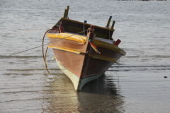 El barco de madera hizo rápidamente a lo largo de la línea de la costa Fotografía de archivo