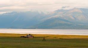 El barco de madera olvidado sienta al cocinero abandonado Inlet Alaska Fotografía de archivo libre de regalías