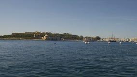 El barco de motor entra al puerto en La Valeta, Malta almacen de metraje de vídeo