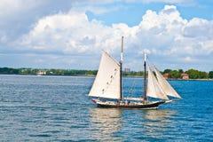 El barco de navegación crusing en la bahía Fotos de archivo libres de regalías